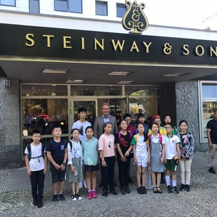 Eine Reisegruppe der Lang Lang International Music Foundation besuchte Steinway & Sons Berlin
